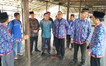 Bupati Barito Utara Nadalsyah beserta rombongan didampingi Kepala Disperindagsar Hajrannor saat melakukan peninjuan pasar dermaga