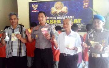 Kapolsek Selat Iptu Angga Yuli Hermanto SIK mengunakan baju dinas didampingi Kasat reskrim dan anggota Polsek Selat