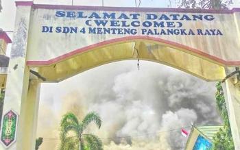 Kondisi SDN 4 Menteng seusai kebakaran bulan Juli 2017. SDN 4 Menteng merupakan satu dari depalan sekolah yang dibakar pada teror pembakaran sekolah beruntun