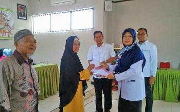 Erma Sulistiyowati, mewakili kepala Kemenag Kota Palangka Raya, menyerahkan bantuan secara simbolis dari Baznas Kota kepada pelaku UMKM, Selasa (12/9/2017).