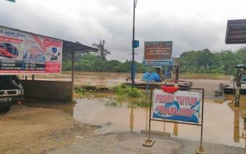 Feri penyeberangan di Kota Kuala Kurun, Kabupaten Gumas, tidak beroperasi akibat air Sungai Kahayan meluap, Selasa (12/9/2017).