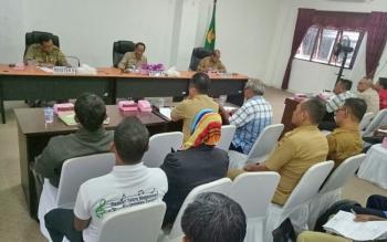 Bupati Gumas Arton S Dohong (tengah) saat memimpin rapat penyelesaian masalah kemitraan antara masyarakat dan perusahan, Selasa (12/9/2017).