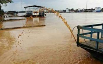 Air Sungai Samba yang bermuara di Sungai Katingan ini warnanya kuning dan bercampur lumpur.