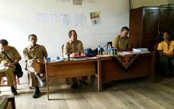 Kepala Dinas Pendidikan Barito Utara, Masdulhaq MAP beserta rombongan melakukan dialog dengan guru SDN 1 Haragandang