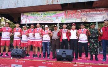 Bupati Kotim Supian Hadi bersama kepala SKPD lainnya dan juga empat mantan pemain tim nasional, Selasa (12/9/2017)