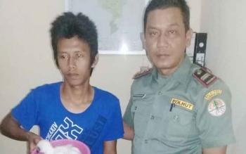 Tersangka MT (19) yang menjadi penjual elang bondol, saat ditangkap pihak BKSDA Pos Jaga Sampit, Senin (11/9/2017) malam.
