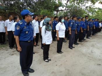 Pegawai Pemadam Kebakaran Kota Palangka Raya berkumpul di halaman kantor, Rabu (13/9/2017).