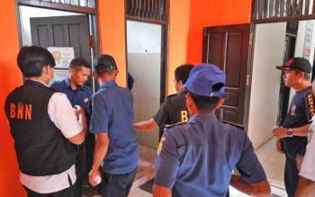 Pegawai Damkar dan Penyelamatan Kota Palangka Raya bergantian memasuki kamar kecil untuk pengambilan urine, Rabu (13/9/2017).