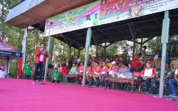 Bupati Kotim Supian Hadi saat menyampaikan sambutan dalam pembukaan Turnamen Piala Kemerdekaan Antarkecamatan se-Kabupaten Kotawaringin Timur, kemarin.