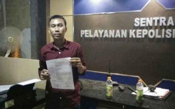Hendri Gunawan saat melaporkan sangkaan pencemaran nama baik yang dilakukan oleh akun @andie_febrian ke SPKT Polres Kobar, Selasa (12/9/2017) malam tadi.
