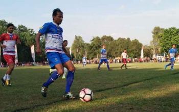 Seorang pemain sedang menggiring bola saat laga eksebisi antara Tim Merah dan Tim Biru pada pembukaan Turnamen Piala Kemerdekaan Antar Kecamatan se-Kotim, Selasa (12/9/2017).