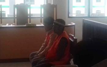 Sarimansyah alias Ari, 23, dan Hidayatullah alias Dayat, 25, terdakwa kasus pencurian kendaraan bermotor saat menjalani persidangan di Pengadilan Negeri Sampit, Rabu (13/9/2017).