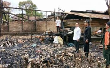 Bupati Sakariyas menyerahkan bantuan kepada warga Desa Kampung Melayu Kecamatan Mendawai yang terkena musibah kebakaran rumah, Rabu (13/9/2017).