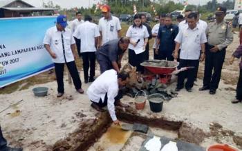 Bupati Gumas Arton S Dohong meletakkan batu pertama pembangunan rumah relokasi Desa Tumbang Lampahung, Kecamatan Kurun, Rabu (13/9/2017).