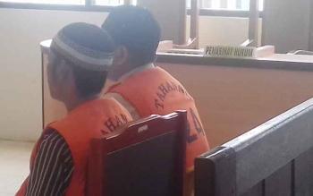 Sarimansyah alias Ari (23) dan Hidayatullah alias Dayat (25) terdakwa kasus curanmor saat jalani sidang.