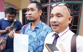 Sukah L Nyahun bersama rekan kerjanya, Arif menyatakan diri mundur dari PH Yansen A Binti, Rabu (13/9/2017)