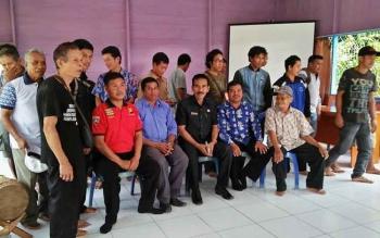 Wakil Ketua II DPRD Barito Utara, Acep Tion saat bersama Kepala Desa Hajak, Suriono dan warga