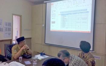Kepala BPBD Kalteng Darliansjah dan dua peneliti lingkungan dari Jepang serta peneliti UPR, saat bertandang ke Posko BPBD di Jalan Tjilik Riwut, Km 3, Palangka Raya, Rabu (14/9/2017).