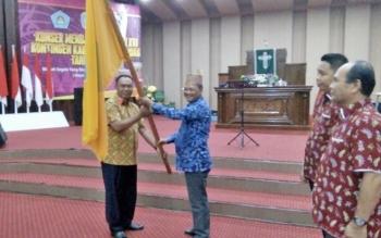 Bupati Marukan menyerahkan panji kontingen pesparawi kepada Ketua Kontingen Lamandau, Arifin LP Umbing saat pelepasan di Gereja Haleluya, Nanga Bulik, Rabu (13/9/2017) petang.