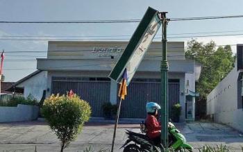Dua titik Neon Box Asmaul Husna di Jalan A Yani dan Jalan Iskandar Pangkalan Bun. Neon box Asmaul Husna ini patah sejak sebulan terakhir.