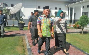 Gubernur Kalteng didampingi Bupati Kobar Nurhidayah saat berada di Kantor Kecamatan Arsel