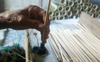 Mengais Rezeki dengan Bilah Bambu
