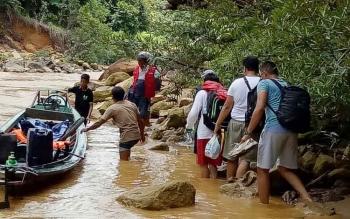 Tim Dinas Kesehatan Kabupaten Kapuas menggunakan perahu bermesin untuk memberikan pelayanan hingga ke daerah terpencil.