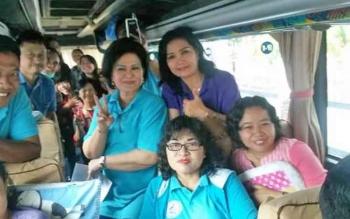 Wakil Bupati Barsel, Satya Titiek Atyani Djoedir foto bersama kontingen di dalam bus.