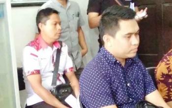 Rendra Paranandeng (baju hitam), tersangka kasus illegal mining