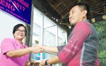 Ketua Bhayangkari Kalteng, Lina Anang Revandoko, menyerahkan dana adopsi kepada Manajer Program BOSF Nyaru Menteng, Denny Kurniawan, Kamis (14/9/2017).