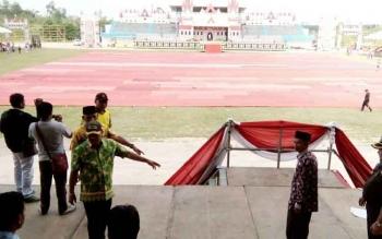 Bupati Lamandau yang juga merupakan Ketua Umum Panitia kegiatan Pesparawi XVI Kalteng 2017, didampingi FKPD serta para pemuka agama, tengah meninjau Stadion Hinang Golloa, Kamis (14/9/2017).