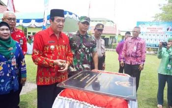Penandatanganan prasasti pembangunan 17 kampung KB di Wilayah Kotim oleh Wakil Bupati Kotim, Taufik Mukri didampingi Dandim 1015 Sampit I Gede Putra Yasa
