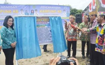 Kepala Perwakilan Badan Koordinasi Keluarga Berencana Nasional (BKKBN) Provinsi Kalteng Kusnadi meresmikan Desa Tarung Manua, Kecamatan Basarang sebagai Kampung KB, Kamis (14/9/2017).