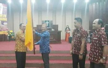 Bupati Marukan serahkan panji kontingen pesparawi kepada ketua kontingen Lamandau, Arifin LP Umbing saat pelepasan di Gereja Haleluya, Nanga Bulik, Rabu (13/9/2017) petang.