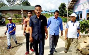 Wakil Ketua II DPRD Barito Utara, Acep Tion bersama Kepala Desa Sikui, Saperani melakukan reses ke Dapil II Kecamatan Teweh Baru