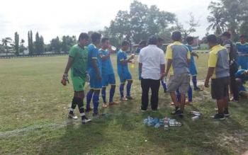 Pertandingan Persekab (baju biru) saat berhadapan dengan Persebun (baju hitam) distadion Korem 102/Panju Panjung Palangkaraya.