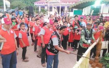 Kontingen Pesparawi Kabupaten Gumas disambut acara potong pantan di halaman kantor Camat Sematu Jaya, Lamandau, Kamis (14/9/2017) sore