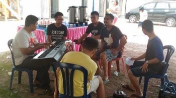 Kontingen Pesparawi Kabupaten Gunung Mas saat latihan di tempat penginapan di Kota Nanga Bulik, Kabupaten Lamandau, Jumat (15/9/2017).