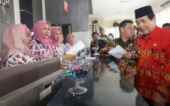 Wakil Bupati Kotim, Taufiq Mukri dan Plt Sekda Halikinnor saat memantau pelayanan pembayaran pajak di Bappenda Kotim