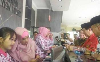Kepala Bappenda Kotim, Marjuki bersama Wakil Bupati Kotim Tufiq Mukri dan Plt Sekda Halikinnoor pada acara gebyar pajak di Bappenda Kotim