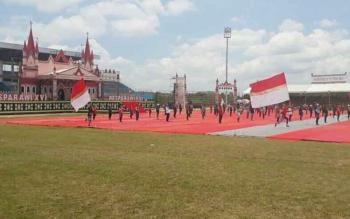 Para penari kolosal saat berlatih di Stadion Hinang Golloa, Kamis (14/9/2017). Tarian kolosal ini akan mewarnai pembukaan Pesparawi Kalteng Sabtu 16 September 2017 besok.