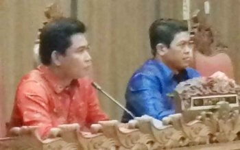Ketua DPRD Kotim, Jhon Krisli (kiri).