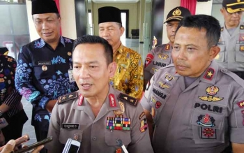 Asisten Perencanaan dan Anggaran (Asrena) Kapolri, Irjen Pol Bambang Sunar Wibowo didampingi Kapolda Kalteng, Brigadir Jenderal Anang Revandoko memberikan keterangan usai meresmikan gedung baru Polres Palangka Raya, Jumat (15/9/2017).