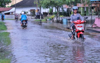 Banjir adalah salah satu resiko yang harus dihadapi suatu kota sebagai akibat dari kawasan kumuh.Anggota Komisi B DPRD Kota Palangka Raya minta Pemko menata kawasan kumuh mulai sekarang.