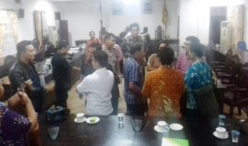 Suasana usai rapat dengar pendapat (RDP) DPRD Kabupaten Kotawaringin Timur (Kotim) terkait permasalahan di PT Bangkitgiat Usaha Mandiri (BUM) yang dilaksanakan di ruang paripurna DPRD Kotim, Jumat (15/9/2017) malam.