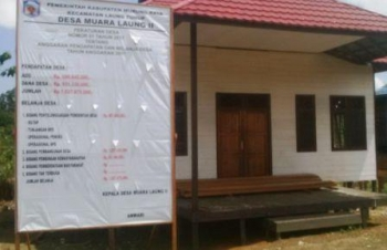 Papan informasi anggaran di depan Kantor Desa Muara Laung ll, Kecamatan Laung Tuhup, Kebupaten Murung Raya (Mura)