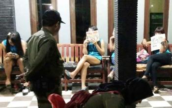 Sejumlah pekerja seks di Lokalisasi Km 12, saat menunggu lelaki hidung belang di depan tempat mereka mangkal