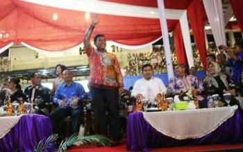 Bupati Pulang Pisau Edy Pratowo menyambut defile Kontingen Pulang Pisau pada acara pembukaan Pesparawi XVI Provinsi Kalimantan Tengah di Kabupaten Lamandau.