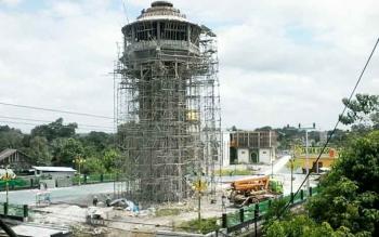 Sejumlah pekerja tampak mengerjakan bangunan menara di Komplek Taman Religi Kasongan, Minggu (17/9/2017).
