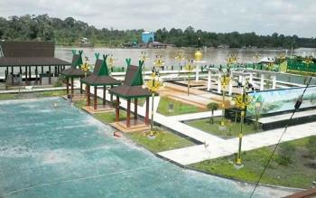 Taman Religi sekitar Jembatan Kasongan ini bakal menjadi daya tarik warga untuk bersantai di tempat ini, namun sayangnya pembangunan taman ini masih belum selesai, Minggu (17/9/2017).